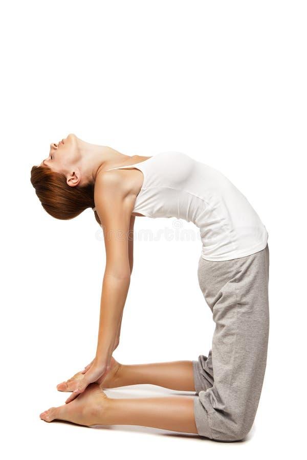 Jeune femme faisant le yoga sur le fond blanc images stock