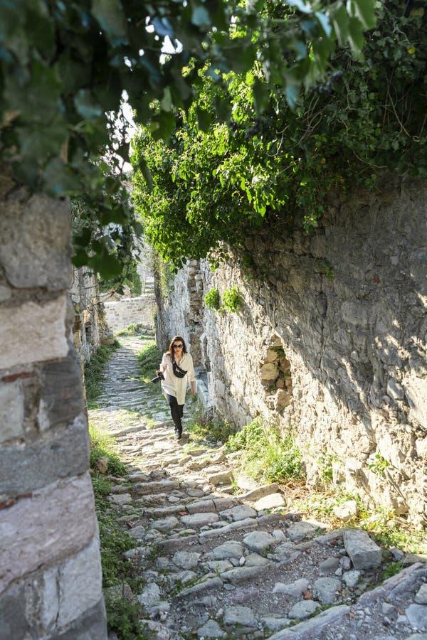 Jeune femme faisant une promenade sur des ruines antiques en Europe Voyageur et blogger image stock