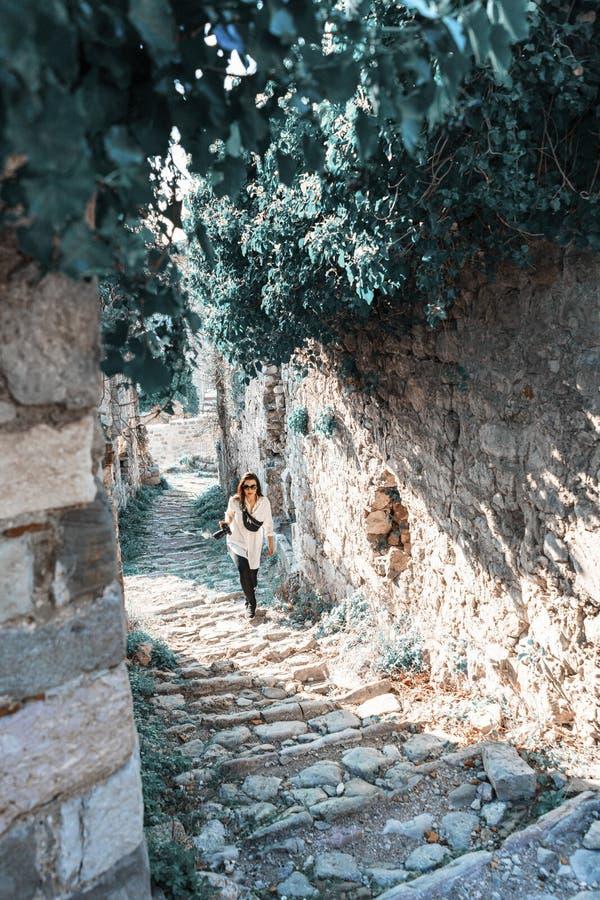 Jeune femme faisant une promenade sur des ruines antiques en Europe Voyageur et blogger image libre de droits