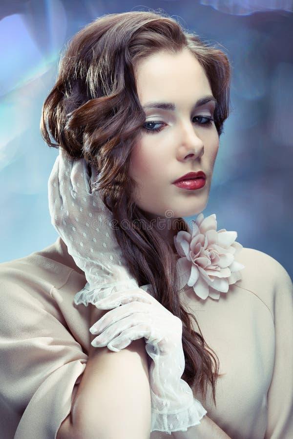 Jeune femme fascinante image stock