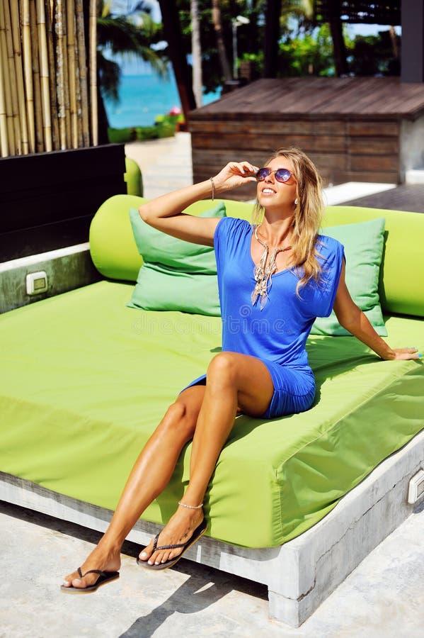 Jeune femme fascinante dans la pose bleue de robe extérieure images libres de droits