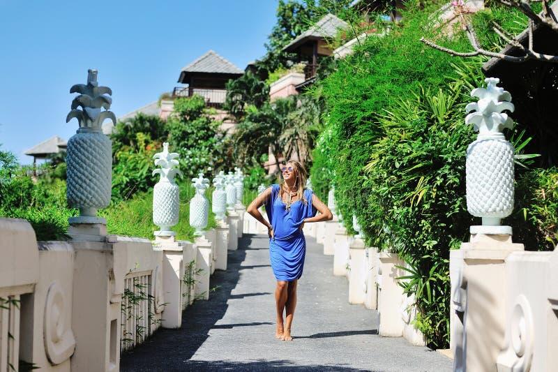 Jeune femme fascinante dans la pose bleue de robe extérieure photos libres de droits