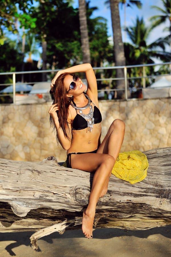 Jeune femme fascinante dans la pose de bikini extérieure photographie stock libre de droits