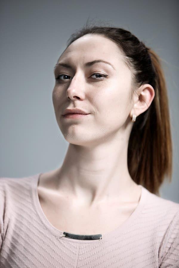 Jeune femme fière narcissique belle photographie stock libre de droits