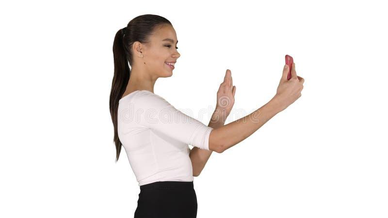 Jeune femme formelle latine faisant un appel visuel ou enregistrant le blog visuel sur le fond blanc photos stock