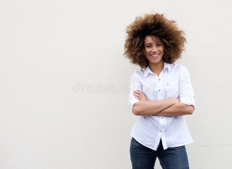 Jeune femme fraîche souriant avec des bras croisés images stock