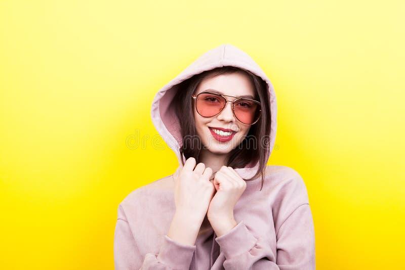 Jeune femme fraîche utilisant un capot images stock