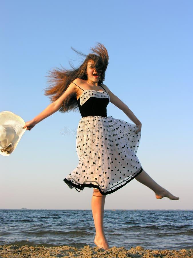 Jeune femme gaie à la plage images libres de droits