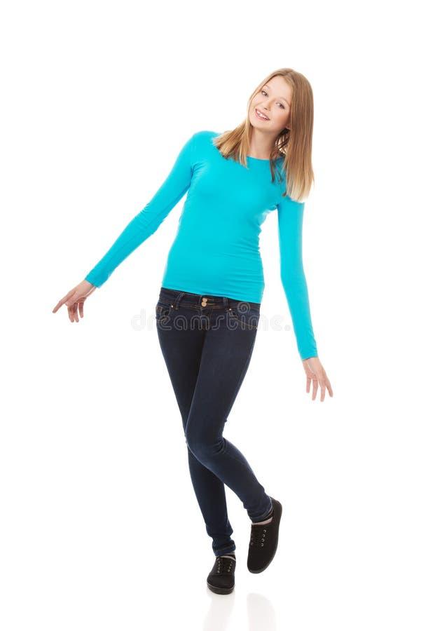 Jeune femme gaie avec le sourire toothy images stock