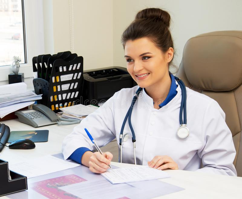 Jeune femme gaie de docteur photos stock