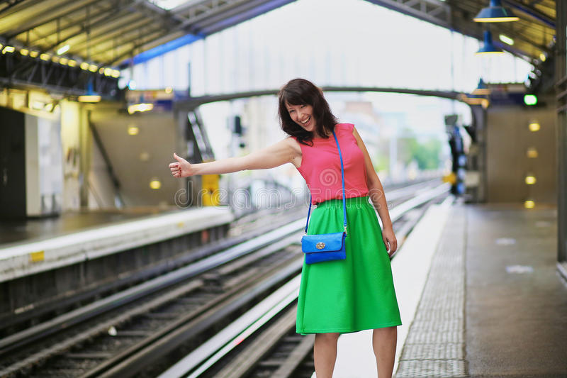 Jeune femme gaie en souterrain parisien images libres de droits
