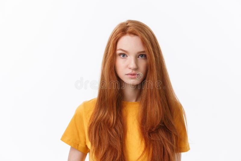 Jeune femme gaie heureuse portant ses cheveux rouges regardant la caméra Fille d'étudiant de gingembre détendant à l'intérieur ap photos libres de droits