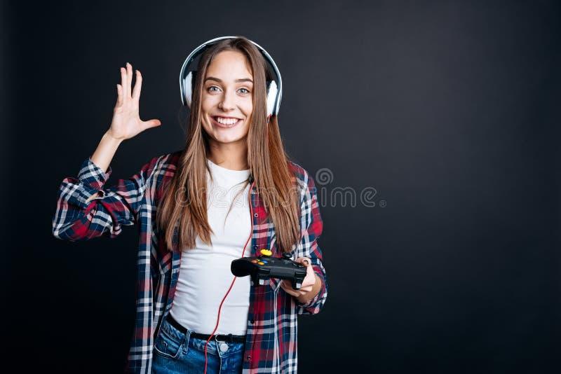 Jeune femme gaie jouant des jeux vidéo photo stock