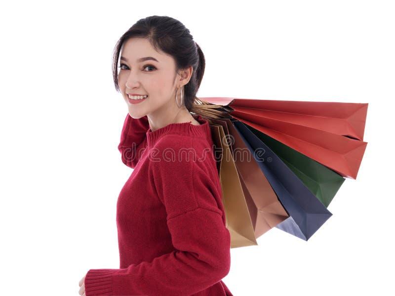 Jeune femme gaie jugeant le panier d'isolement sur le dos de blanc images stock