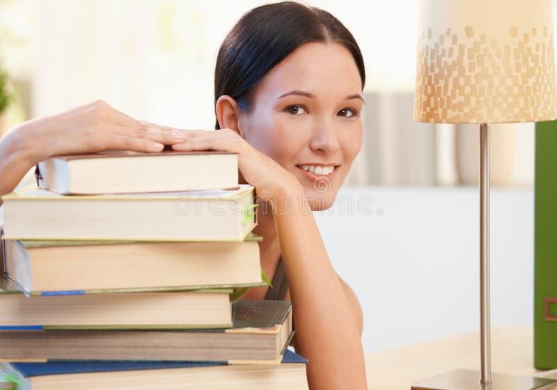 Jeune femme gaie posant avec des livres photographie stock libre de droits