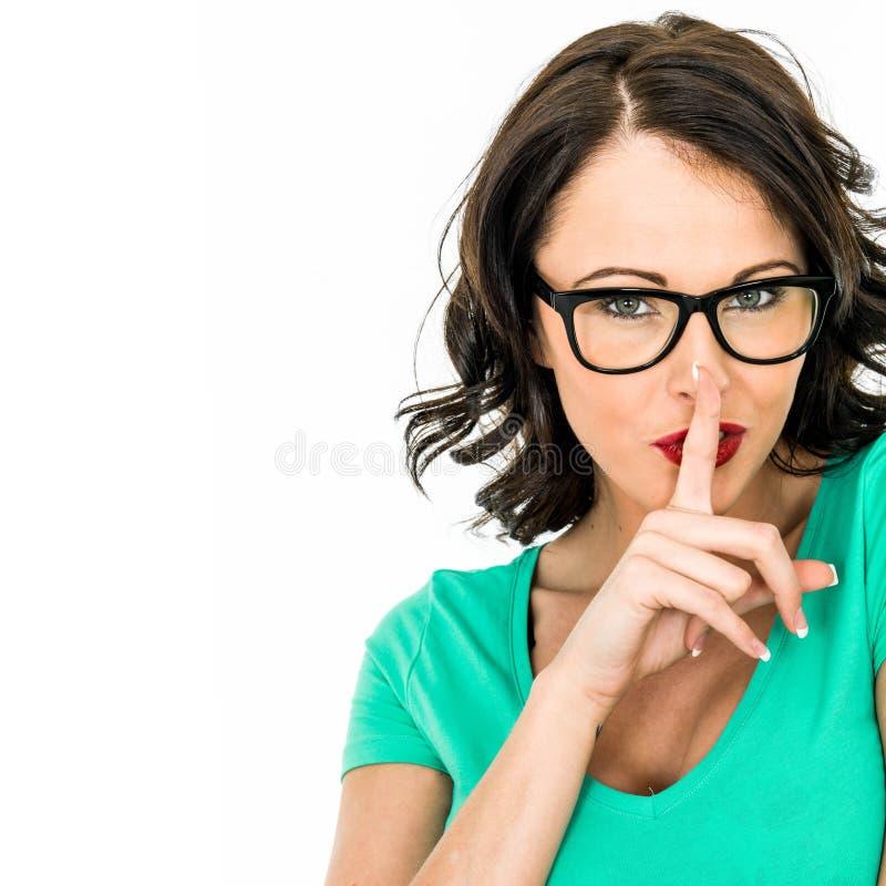 Jeune femme gardant un secret images stock