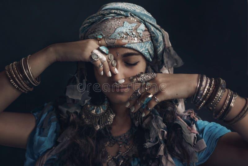 Jeune femme gitane de style portant le portrait tribal de bijoux images stock