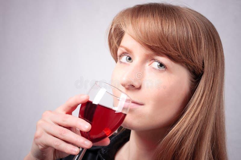 Jeune femme goûtant une glace de vin. #3 photos libres de droits
