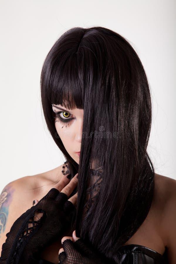 Jeune femme gothique avec les yeux jaunes photo libre de droits