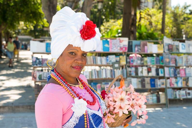 Jeune femme habillée avec les vêtements typiques à La Havane photographie stock