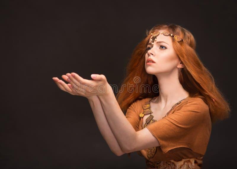 Download Jeune Femme Habillée Comme Amazone Image stock - Image du renivellement, beau: 77155943
