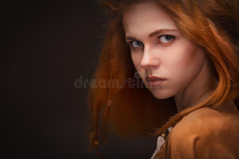 Jeune femme habillée comme Amazone image libre de droits
