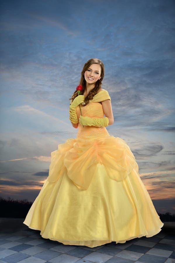 Jeune femme habillée dans le costume de Pricess photo stock