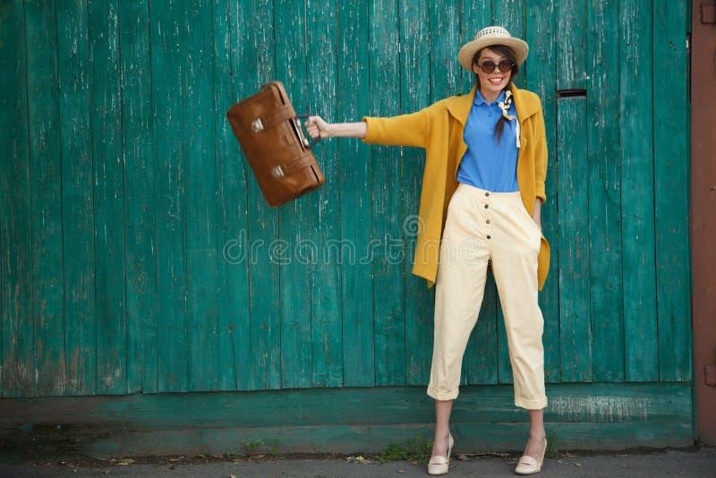 Jeune femme habillée drôle heureuse image stock
