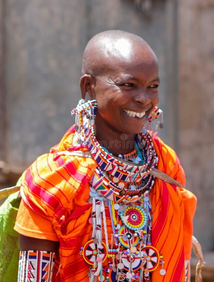 Jeune femme habillée traditionnelle de tribu de masai en Afrique photo stock