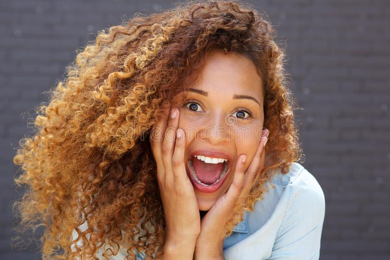 Jeune femme haute étroite avec l'expression étonnée de visage photographie stock libre de droits