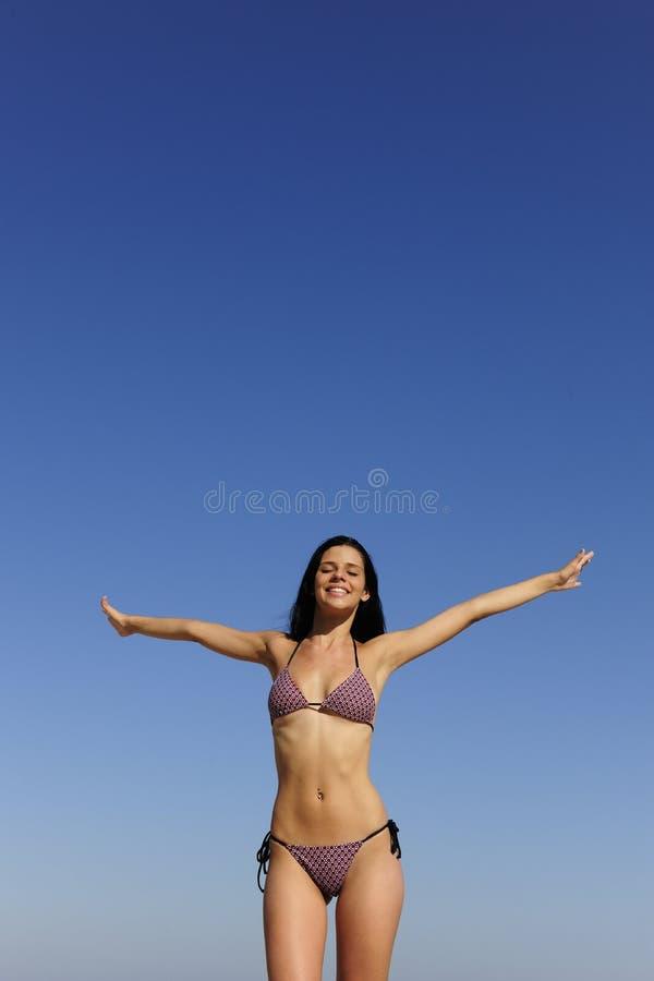 Jeune femme heureuse à l'extérieur images stock