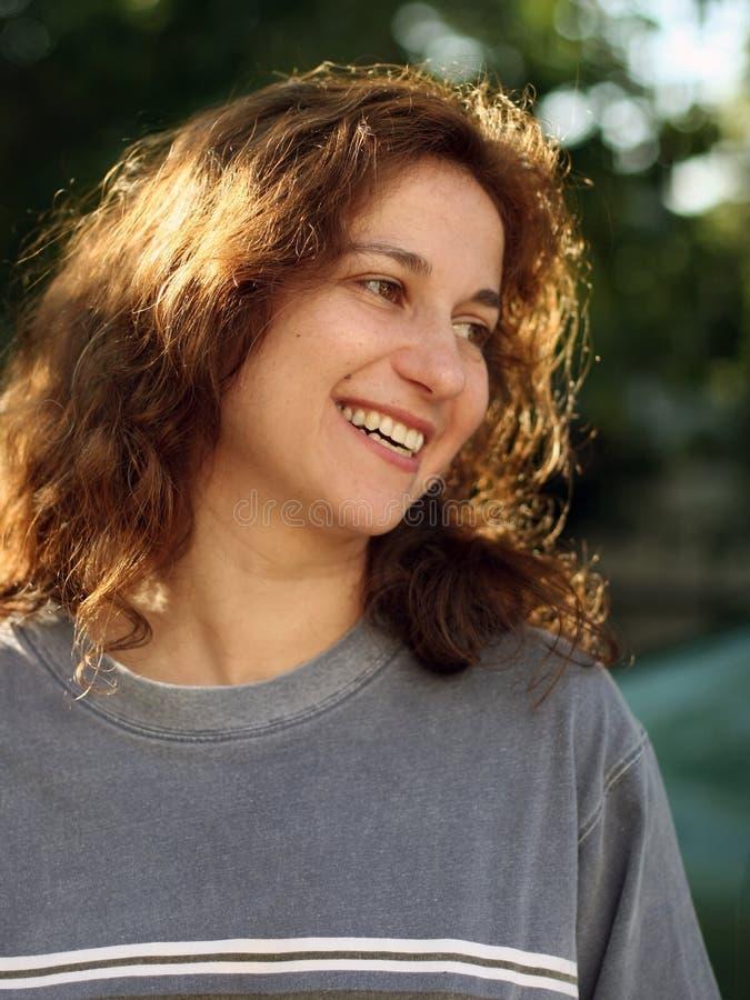 Jeune femme heureuse à l'extérieur photographie stock libre de droits