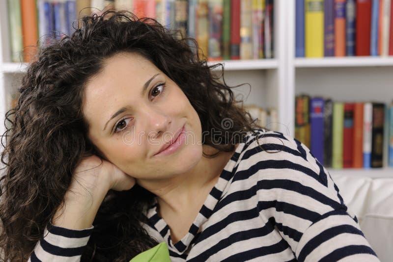 Jeune femme heureuse à la maison photos stock