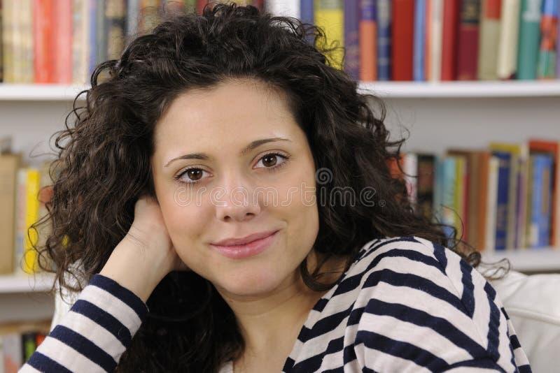 Jeune femme heureuse à la maison images libres de droits