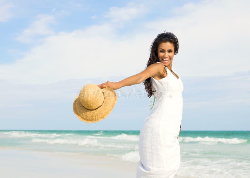 Jeune femme heureuse à la plage photos stock
