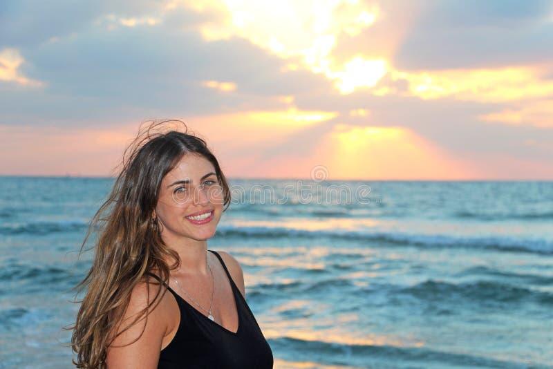 Jeune femme heureuse à la plage photographie stock