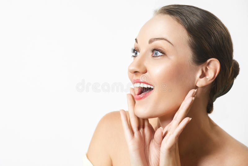 Jeune femme heureuse étonnée regardant en longueur dans l'excitation photo stock