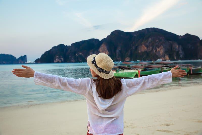 Jeune femme heureuse appréciant le lever de soleil sur une île tropicale thailand photographie stock
