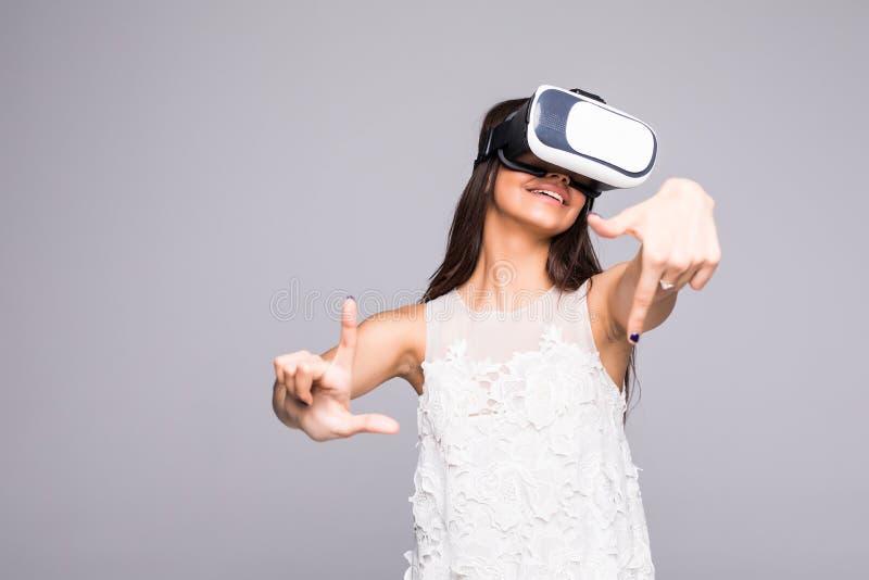 Jeune femme heureuse attirante excitée utilisant les lunettes 3d observant la vision de 360 réalités virtuelles apprécier l'expér photo stock