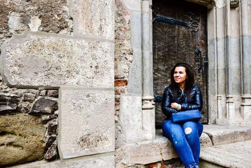 Jeune femme heureuse au château de Corvin, Roumanie photos libres de droits