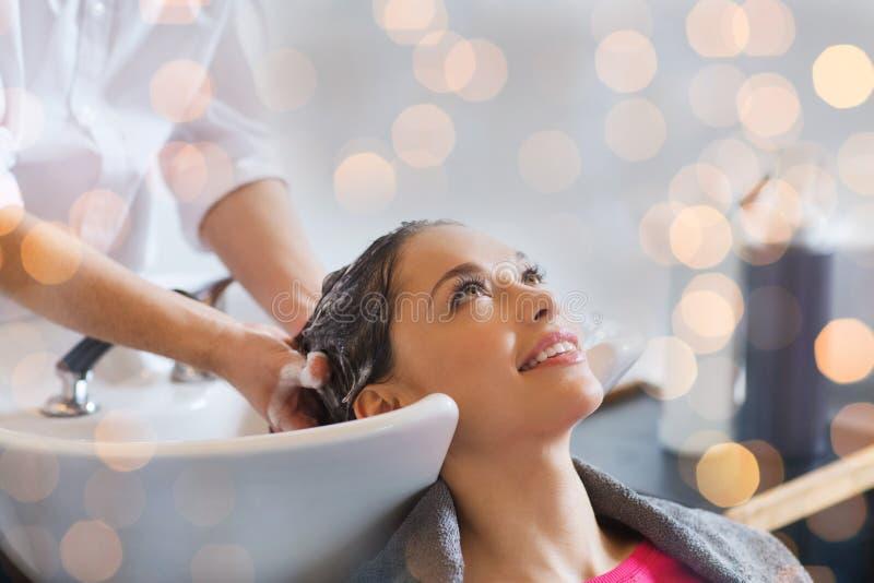 Jeune femme heureuse au salon de coiffure photo libre de droits