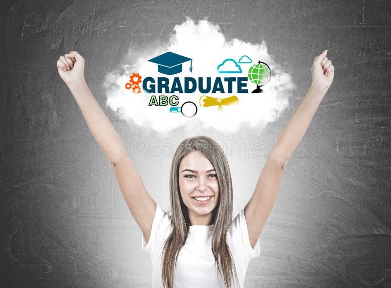 Jeune femme heureuse avec des mains dans le ciel, diplômée photos libres de droits