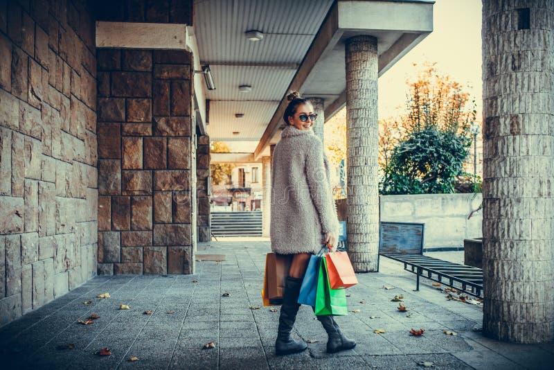 Jeune femme heureuse avec des paniers sur la rue de ville image libre de droits