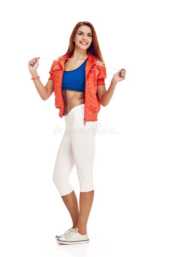 Jeune femme heureuse avec la pose mince de corps image stock
