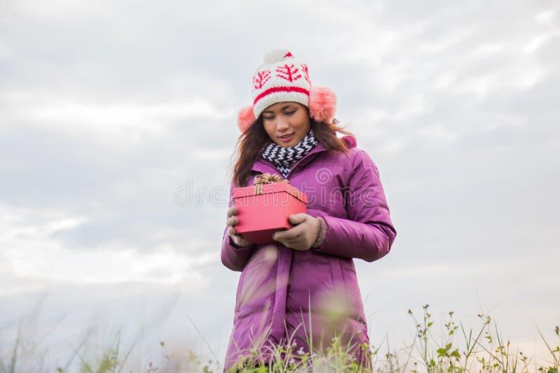 Jeune femme heureuse avec le cadeau dans des mains Concept de No?l et d'hiver photographie stock