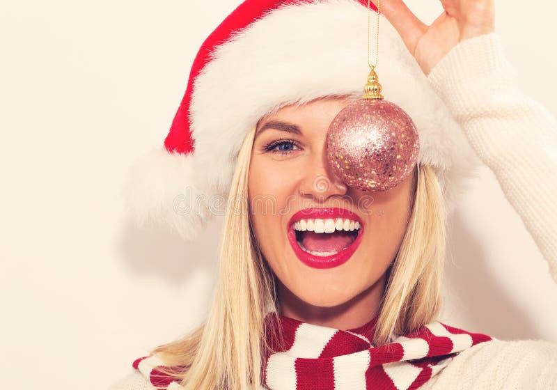 Jeune femme heureuse avec le chapeau de Santa image stock