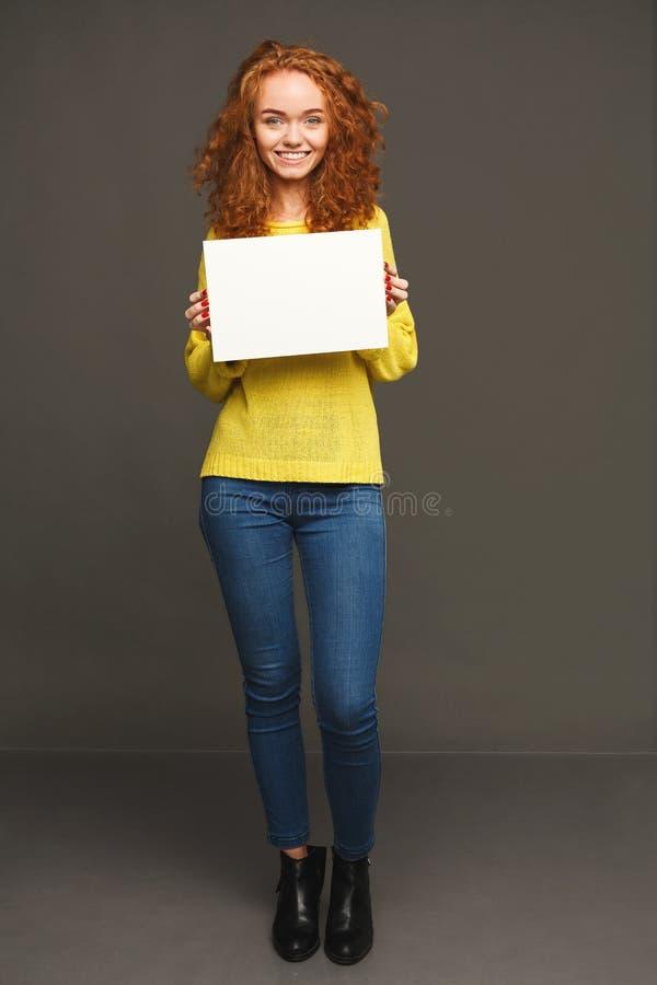 Jeune femme heureuse avec le livre blanc vide images stock