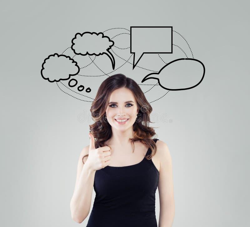 Jeune femme heureuse avec le pouce vide d'apparence de nuage de bulle d'aspiration de main sur le fond blanc photo libre de droits