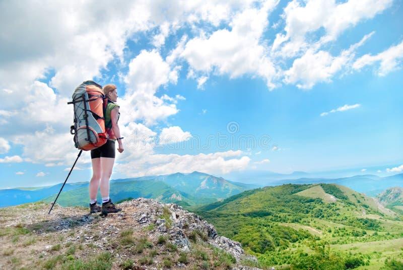 Jeune femme heureuse avec le sac à dos photos libres de droits