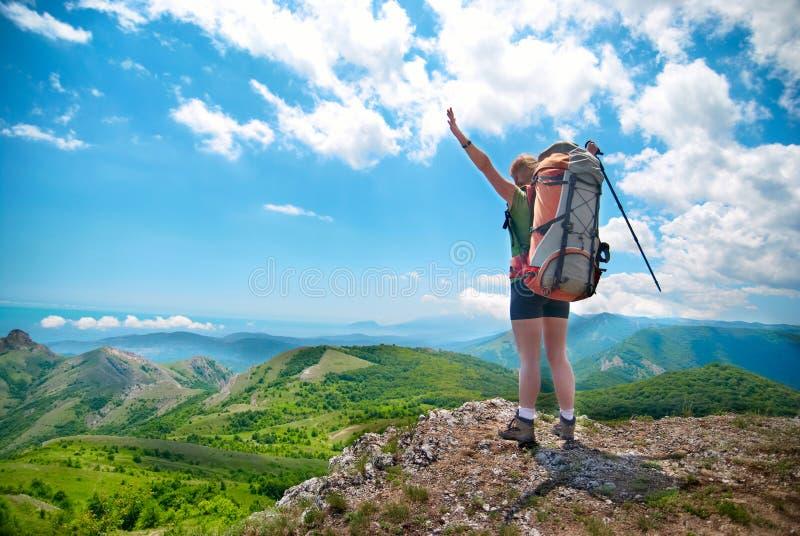 Jeune femme heureuse avec le sac à dos images libres de droits